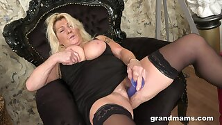 Mature blonde hottie tries out a new sex bagatelle essentially their way tight pussy