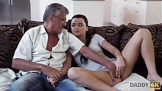 DADDY4K. El viejo satisface las necesidades sexuales de polar novia de su hijo