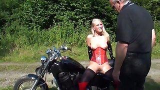 Rattige milf melkt alfresco draussen Schwanz von altem Biker! public nudity
